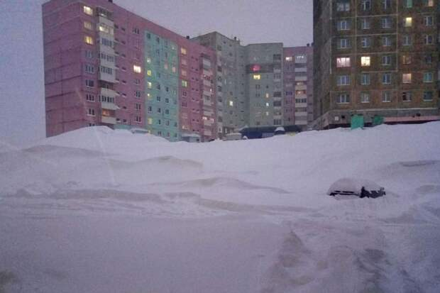 Снежная буря в Норильске заметает машины, дома. Фото: Андрей МАЛАХОВ, Типичный Норильск.