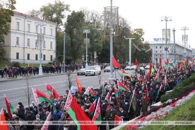 В Минске престарелые русофобки с грязным лаем набрасывались на офицеров-отставников