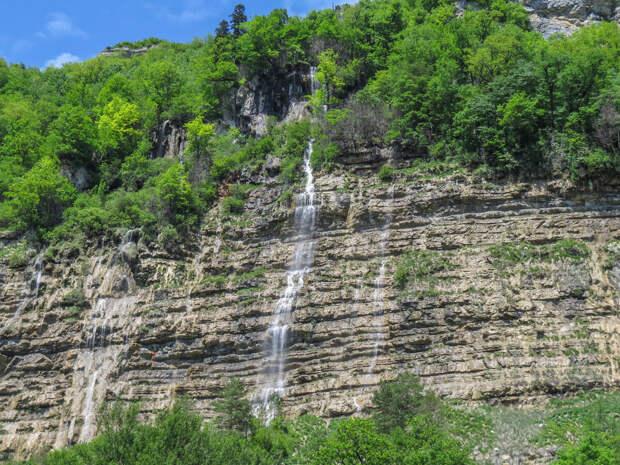 Безымянные водопады на правом склоне Гуамского ущелья.