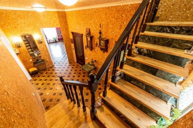 Золотой коридор с лестницей