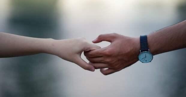 женская рука в мужской