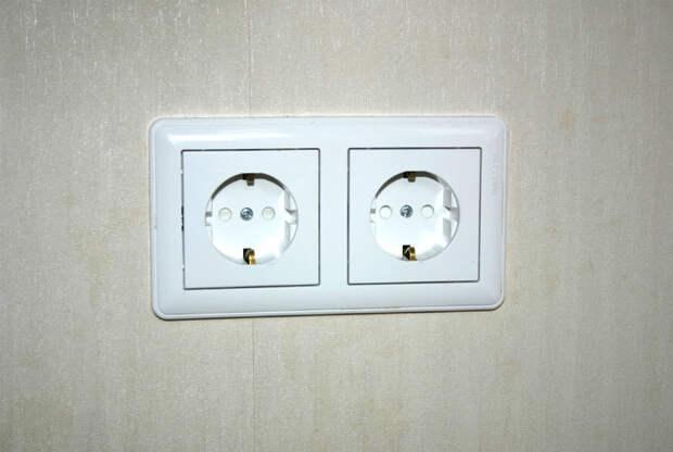 Неудачное положение розеток и выключателей. | Фото: Ремонт квартиры своими руками.