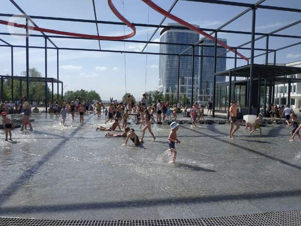 Сухой фонтан на Центральной площади Ижевска почистят из-за неприятного запаха