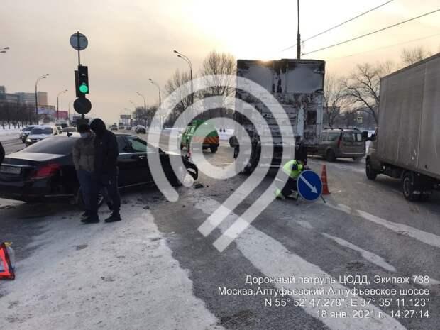 Три полосы на Алтуфьевском шоссе перекрыли в результате ДТП