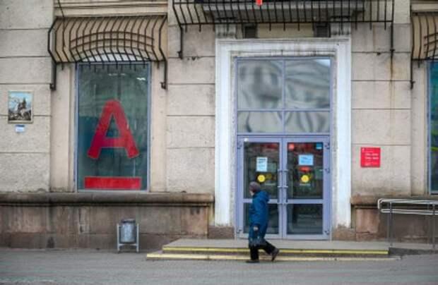 Жителям Челябинской области стали выдавать меньше кредиток