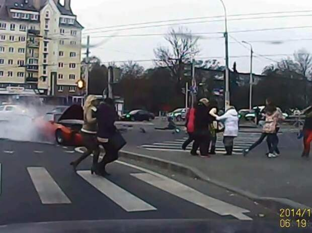 Pontiac врезался в группу женщин на пешеходном переходе (ВИДЕО)