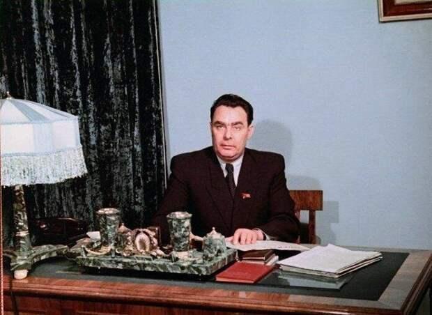 Леонид Ильич дома и на работе