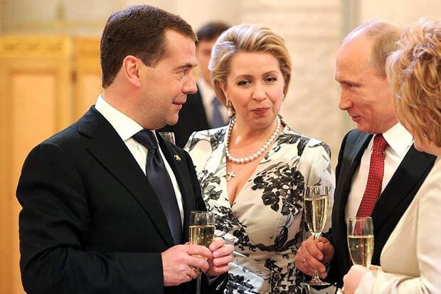 Стали известны доходы жён Медведева и Пескова