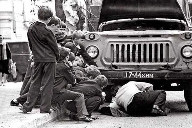 А пока папы отдыхали на природе, их сыновья наблюдали как во дворе чинят сломанную машину, и пытались принять в этом активное участие. СССР, история, ностальгия, фотографии