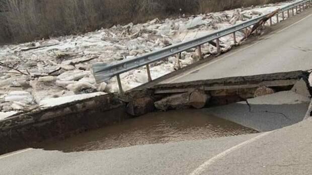 Мощный ледоход разрушил мост через реку Самару в Бузулуке