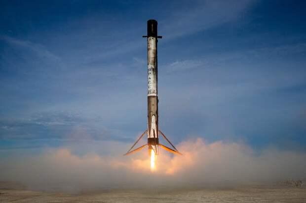 Falcon-9 в нынешней ее версии - это ракета тяжелого класса. При пуске с возвратом ступени половина топлива уходит на то, чтобы вернуть эту ступень на Землю. Фото: GLOBAL LOOK PRESS