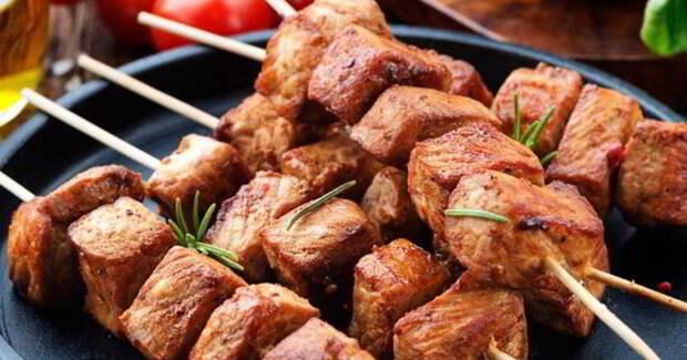 Квадратные шашлыки: прокладываем мясо с салом для сочности и нарезаем уже на шампурах