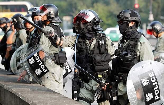 В Гонконге полиция применила слезоточивый газ для разгона протестующих