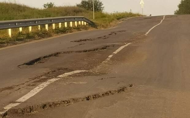 Жители Михайловского района пожаловались на просевшую дорогу