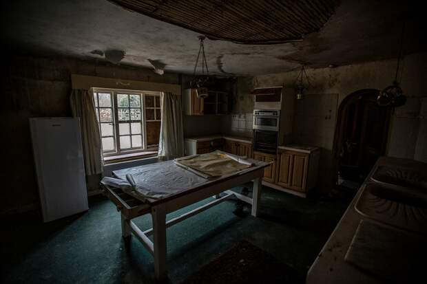 Жуткий 30-комнатный особняк, оставленный гнить после смертивладельцев три года назад