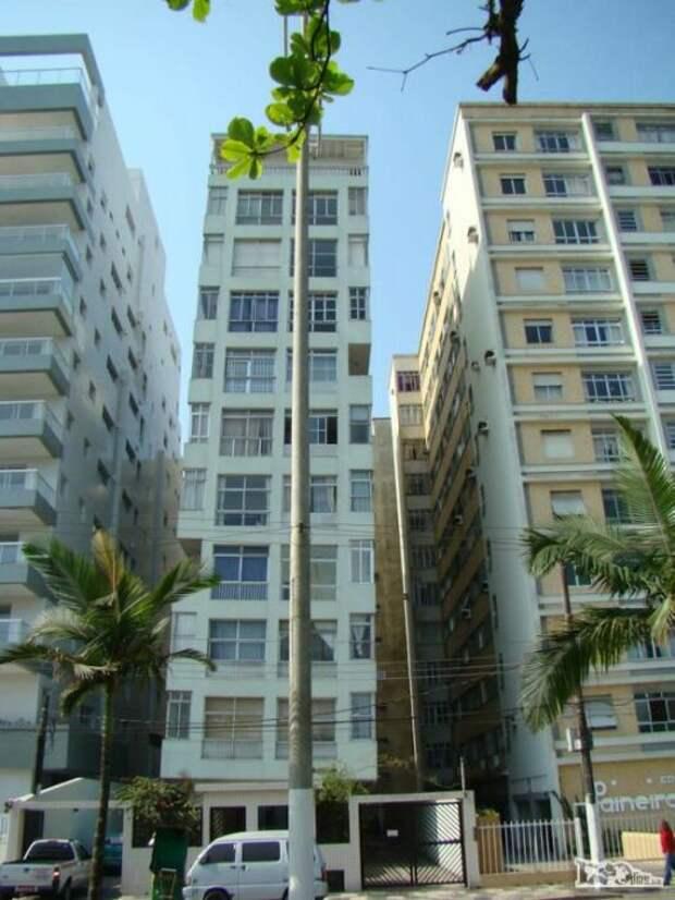 Плотная застройка вызвала массовое проседание домов с неглубокими фундаментами (Сантос, Бразилия).   Фото: trasyy.livejournal.com.