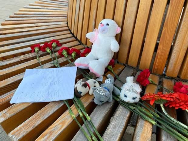 Стихийный мемориал появился на Центральной площади Ижевска в память о погибших в Казани