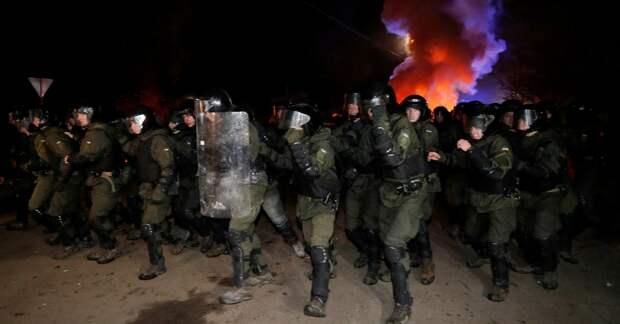 Сотрудники полиции сдерживают натиск ликующих жителей Западной Украины наконец дождавшихся возвращения своих сограждан из города Ухань. Фото из открытых источников.