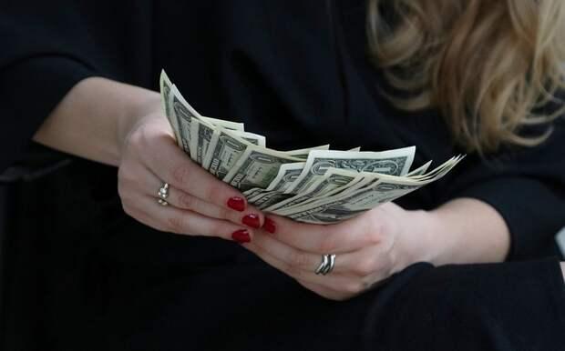 Финансовый эксперт рассказал, чем выгодна покупка долларов сейчас