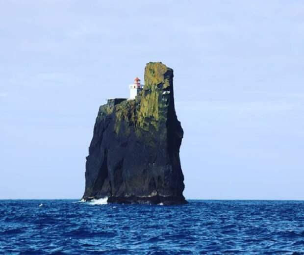 Маяк расположен на одной из скал Вестманских островов (Thridrangar Lighthouse, Исландия). | Фото: male.mediasalt.ru.