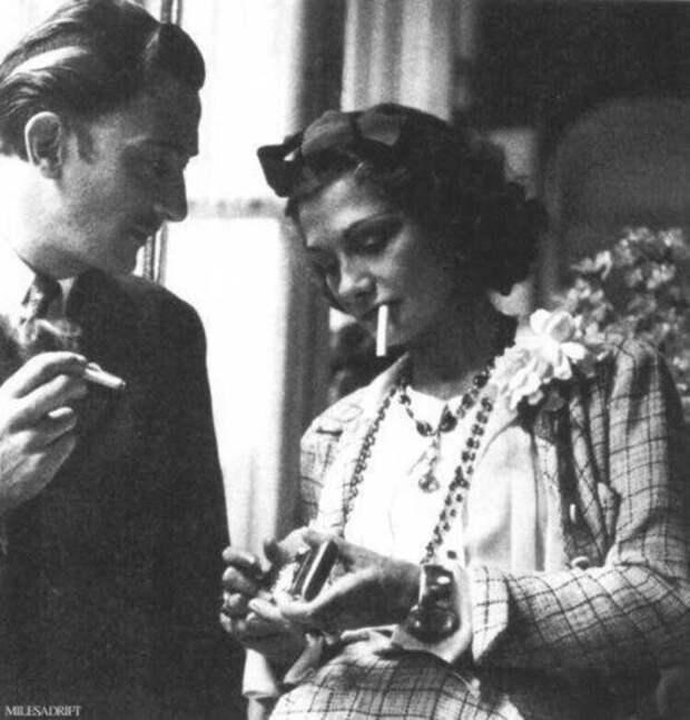 29. Коко Шанель курит с Сальвадором Дали, 1938 год