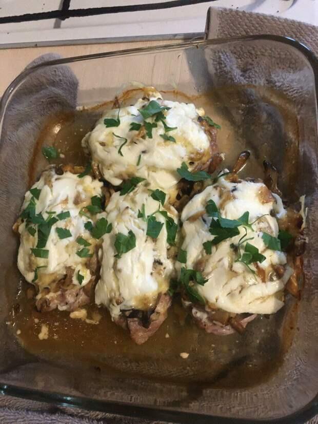 Цыпленок, фаршированный грибами и чесночным маслом, с добавлением сливочно-чесночного соуса с пармезаном!
