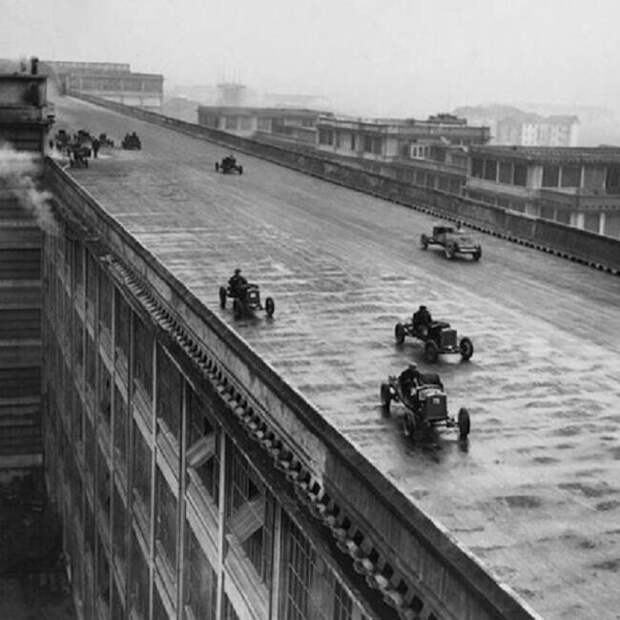31. Гоночные автомобили на крыше завода Fiat