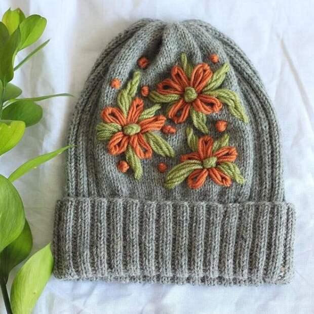 Как связать шапку спицами с вышивкой