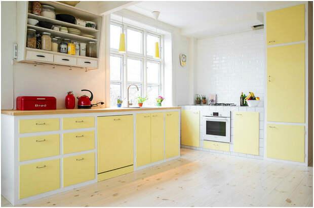 Элегантный кухонный гарнитур светло-жёлтого цвета