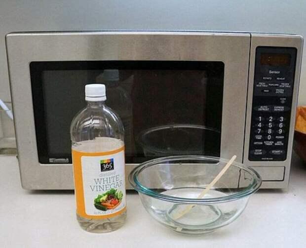 Уксусная «баня» поможет очистить микроволновую печь от любых загрязнений. /Фото: i4.hurimg.com