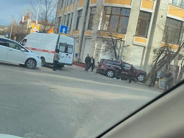 Водитель иномарки снёс знак и дерево на пешеходном переходе в центре Читы