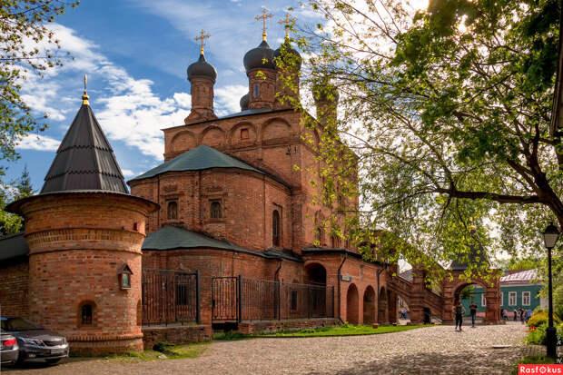 Крутицкое подворье было основано в XIII веке как резиденция епископов Сарайской и Подонской епархии Золотой орды.