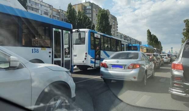 Сломанный грузовик перекрыл полосу для автомобилей на улице Щорса в Белгороде