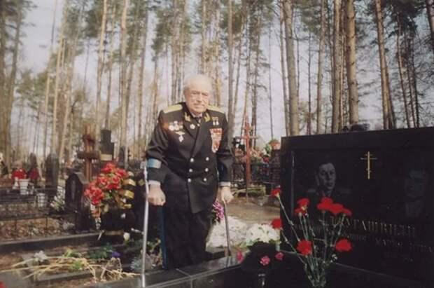 Незадолго до кончины Виталий Иванович посетил могилу Василия Джугашвили, своего боевого  товарища