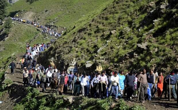 Паломничество у подножия Кайласа. Источник https://www.thekailashmansarovar.com/wp-content/grand-media/image/Mount_Kailash_Traiking_Route.jpg