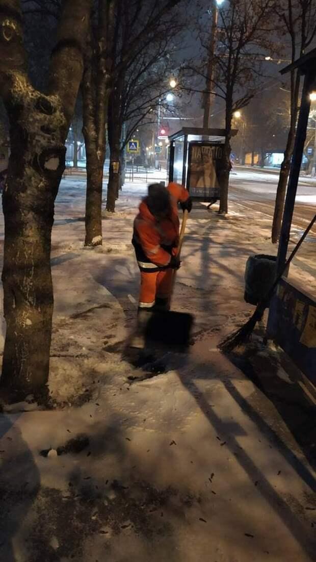 На улицах Симферополя 169 дворников убирают снег