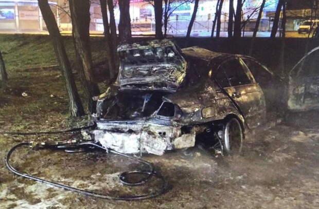 В Симферополе автомобиль врезался в дерево и загорелся: погибла девушка